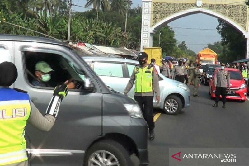 Ratusan kendaraan pemudik diputarbalikkan di jalur utama Bandung-Cianjur