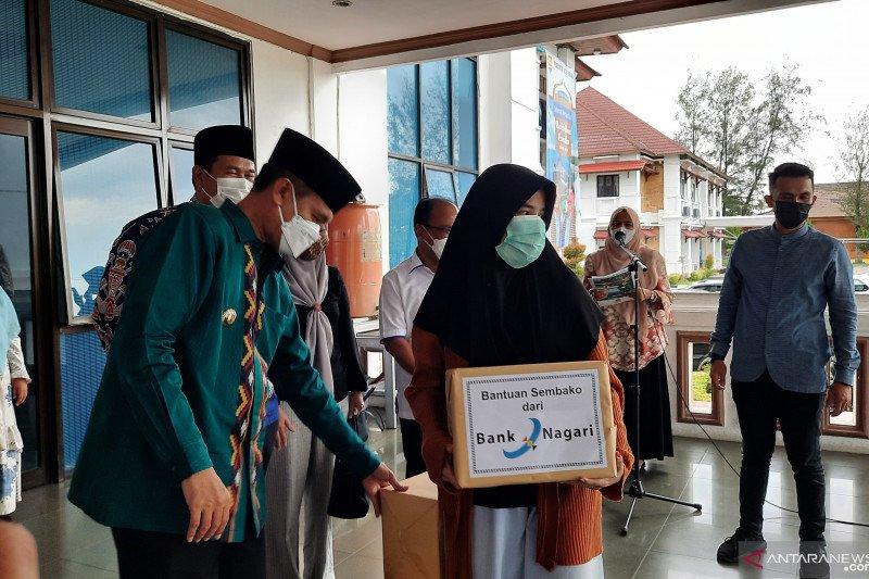 Bank Nagari berikan ratusan paket sembako untuk pelaku usaha mikro di Pariaman