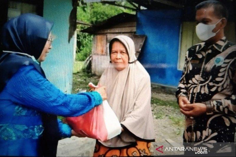 SMK N 1 Lubuk Sikaping berikan 10 paket sembako kepada fakir miskin sekitar sekolah