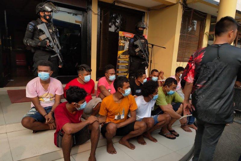 Polisi temukan pesawat nirawak dan senapan saat penggerebekan Kampung Ambon