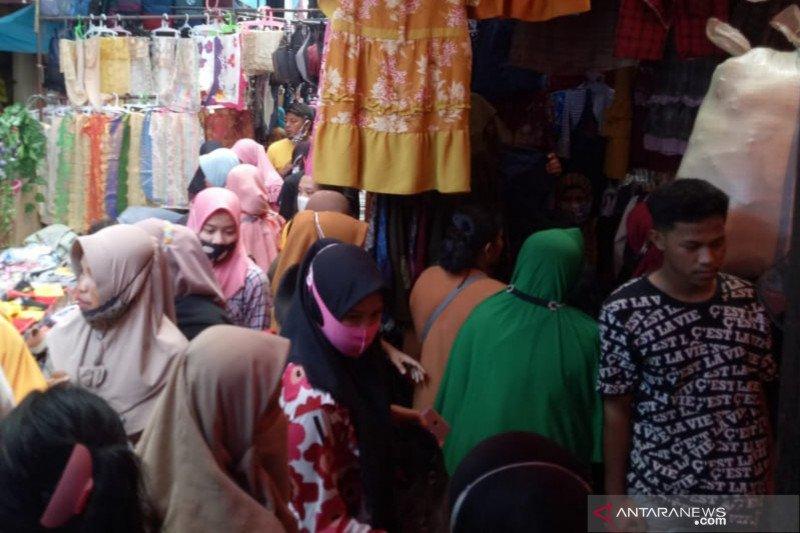 Pengunjung Pasar 16 Ilir Palembang abaikan prokes