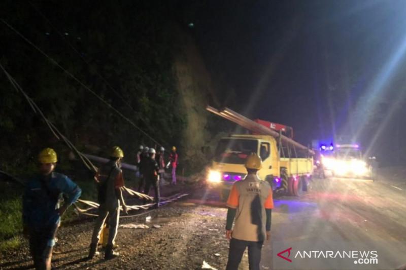 Longsor di Jalan Sumbar-Riau, aliran listrik 20 desa terputus