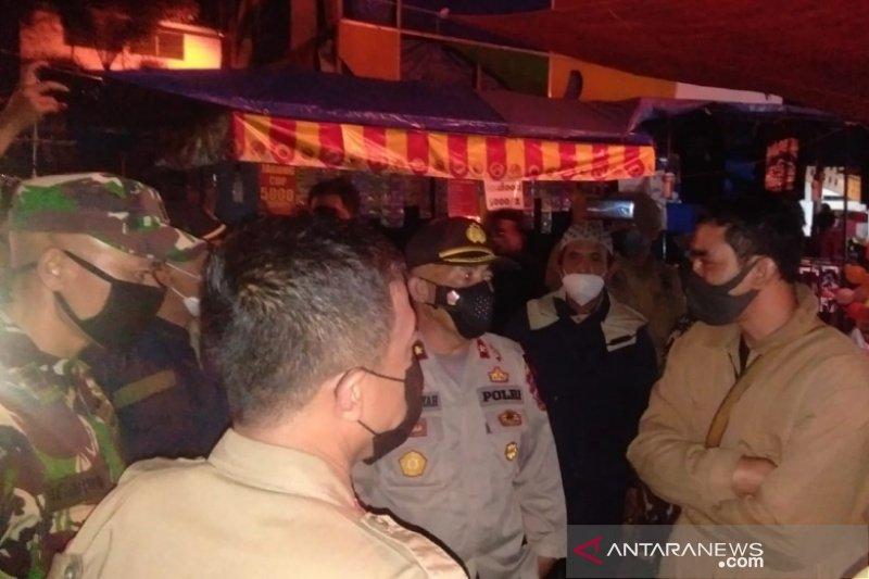 Satgas COVID-19 Garut bubarkan kegiatan pasar malam karena langgar prokes