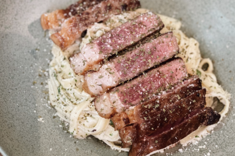 Bahan dan cara membuat steak dan pasta parmesan