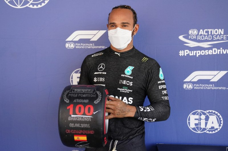 Lewis Hamilton merayakan 'pole position' ke-100