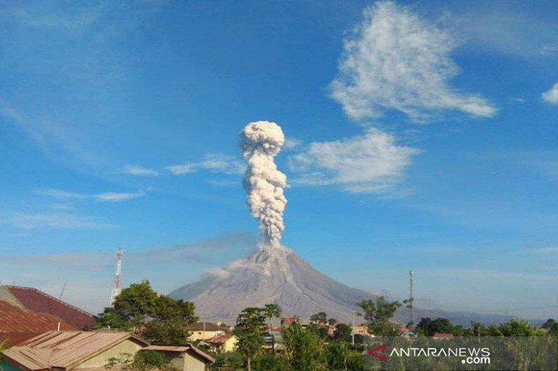 Sinabung luncurkan abu vulkanik setinggi 2.500 meter