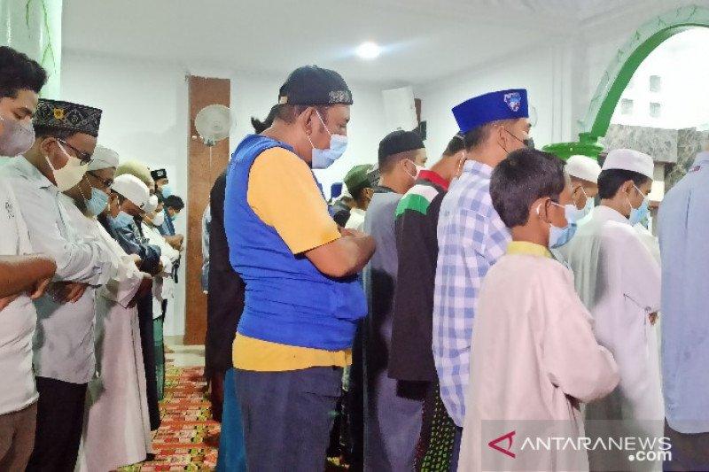 Kerabat almarhum Ustadz Tengku Zulkarnain di Medan shalat gaib