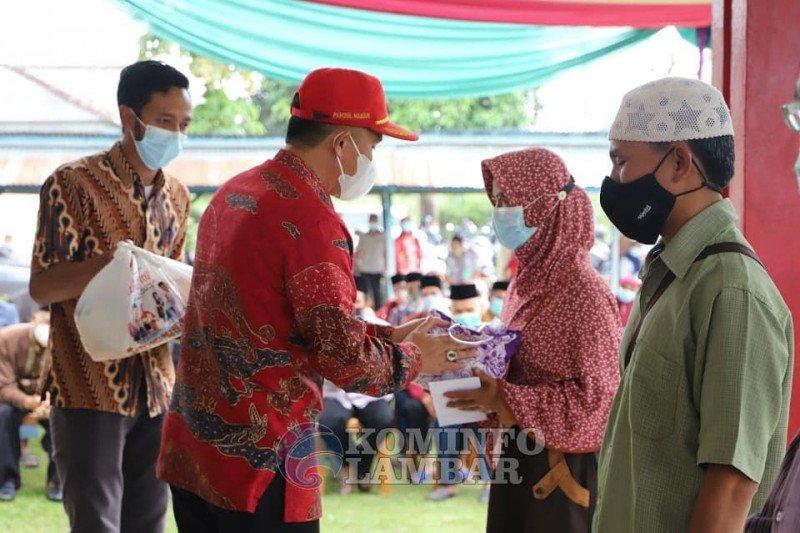 Bupati Lampung Barat serahkan insentif untuk guru ngaji