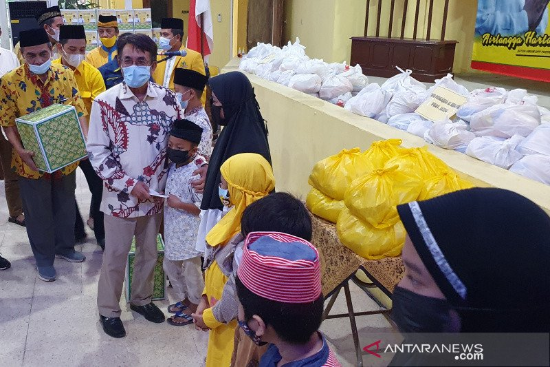 Wujud kepedulian, Ketum Golkar Airlangga Hartarto bagikan paket sembako di Semarang