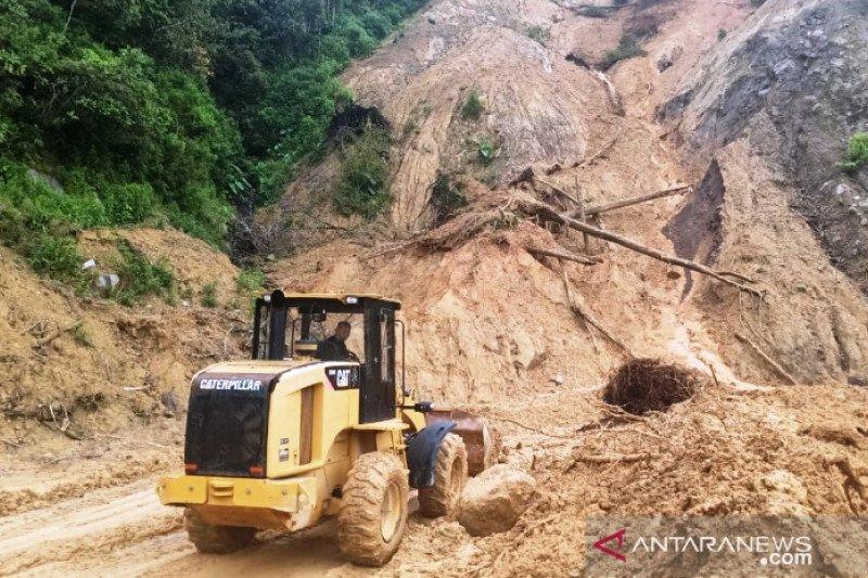 Jalan penghubung Padang-Bukittinggi tertimbun longsor di Agam