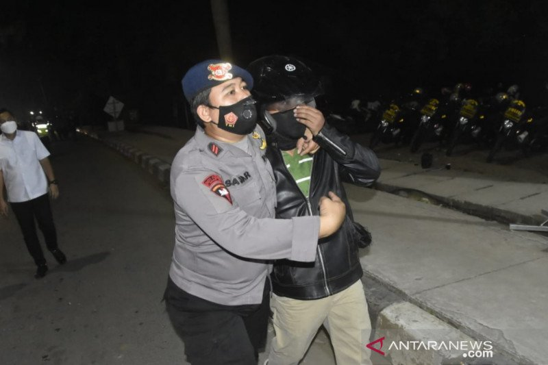 Polisi tangkap empat pemudik provokator  terobos barikade
