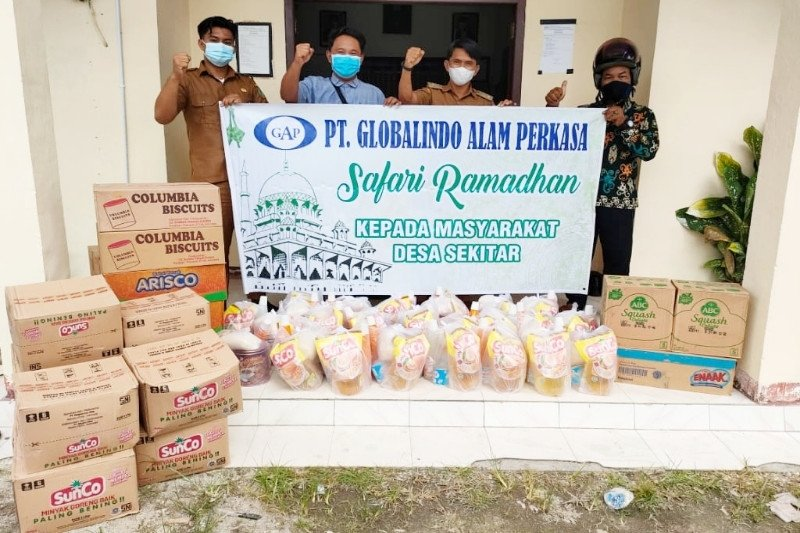 PT Globalindo Alam Perkasa bagikan ratusan paket sembako untuk masyarakat