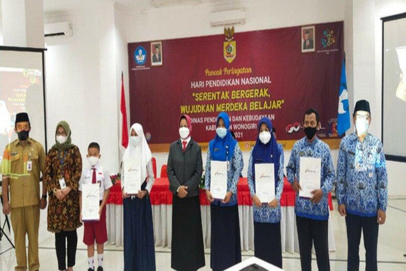 Hardiknas, Bank Jateng berikan penghargaan ke guru dan siswa berprestasi