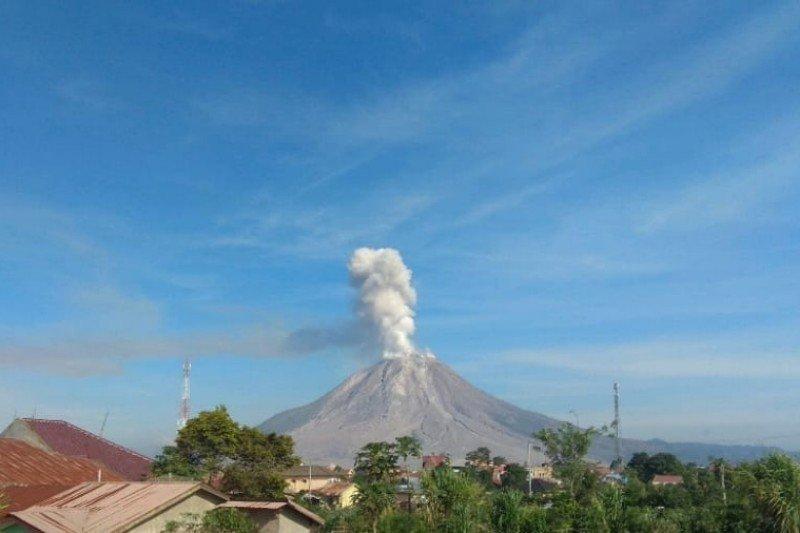 Gunung Sinabung alami tiga kali semburkan abu vulkanik ke arah barat
