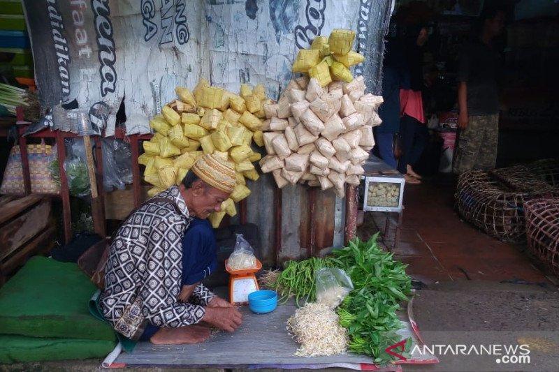 Warga Palembang mulai memburu  bungkus ketupat