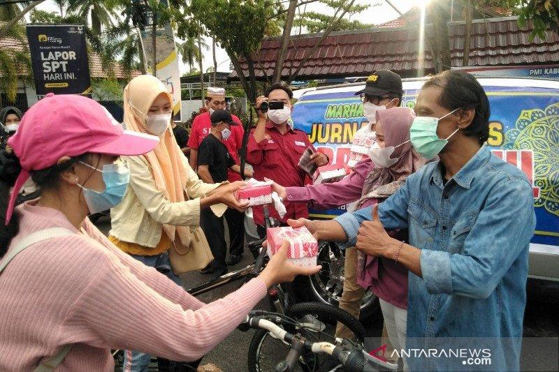Jurnalis di Kapuas bagikan takjil dan masker kepada masyarakat