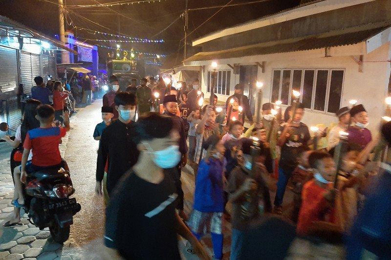 Warga Kampung Bugis pawai obor keliling sambut Idul Fitri 1442 H