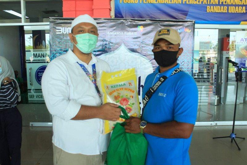Pengelola Bandara Radin Inten berbagi paket sembako kepada masyarakat