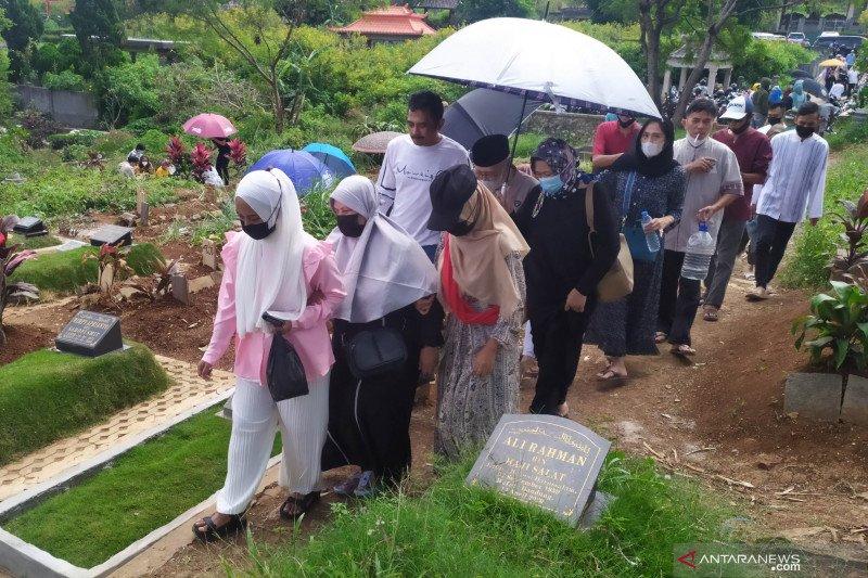 TPU khusus COVID-19 di Cikadut dipadati peziarah saat Idul Fitri