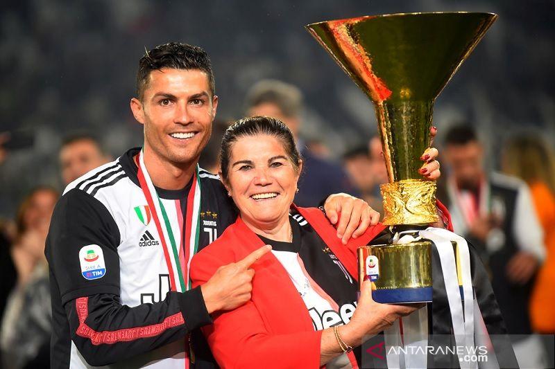 Cristiano Ronaldo dibujuk ibunya pulang ke Sporting
