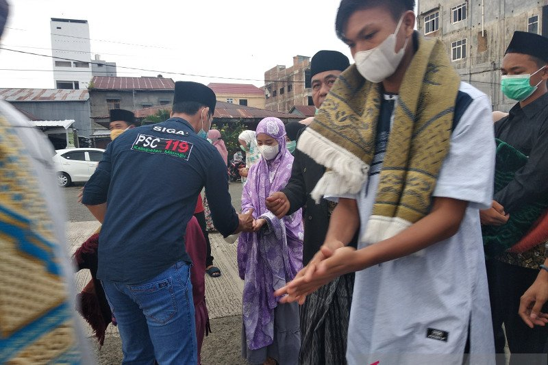 PHBI dan Dinkes Mamuju bagikan 1.500 masker kepada jamaah Salat Ied