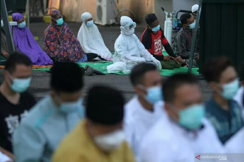 Puluhan pasien COVID-19 ikuti Shalat Idul Fitri di RSLI Surabaya