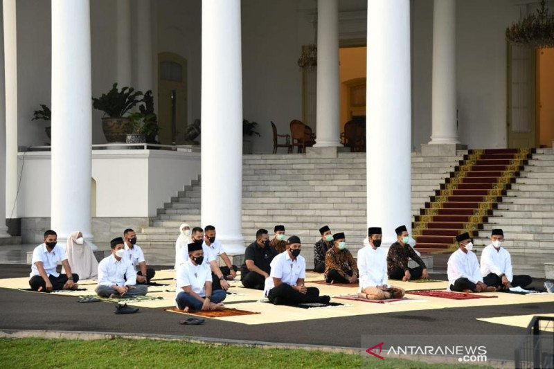 Presiden Jokowi dan Ibu Negara shalat Idul Fitri di halaman Istana Bogor