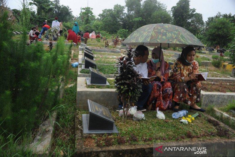 Warga Palembang ramai ziarah kubur idul fitri