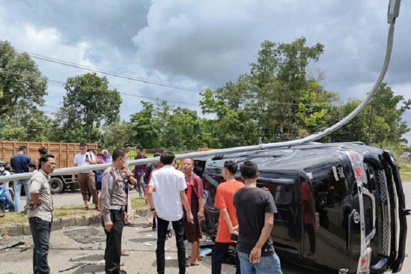 Mobil mantan Bupati Bungo beserta istri alami kecelakaan
