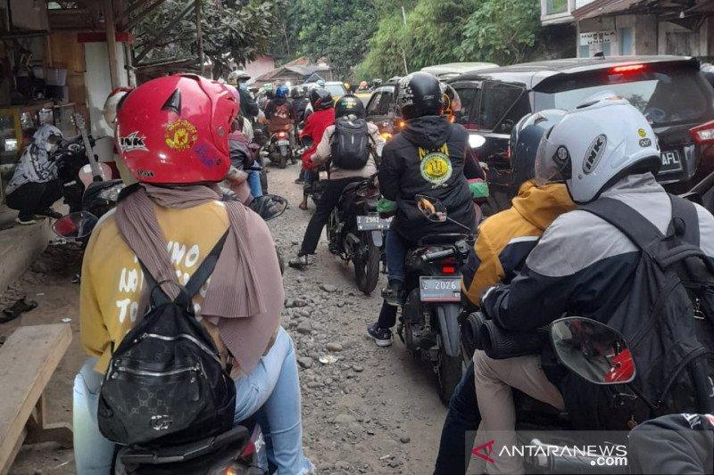 Wisatawan terjebak macet di jalur wisata pantai Garut