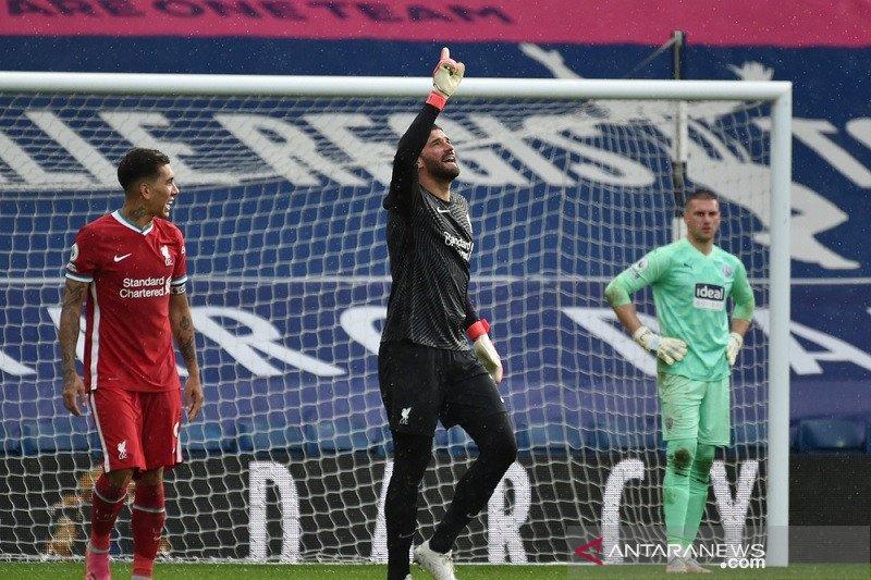 Liga Inggris - Gol Kiper Liverpool Alisson bawa timnya dekati empat besar