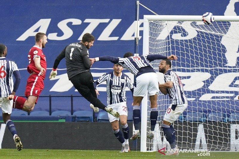 Alisson Becker cetak gol, bawa Liverpool pangkas jarak dari empat besar