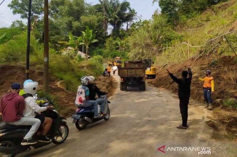 Tim gabungan masih berupaya membuka jalur selatan Cianjur agar kembali normal