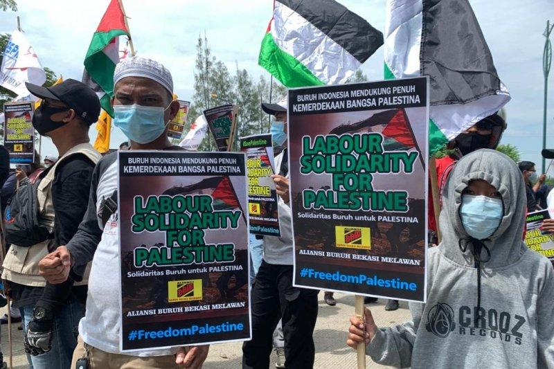 Buruh Bekasi unjuk rasa minta serangan Israel ke Palestina dihentikan