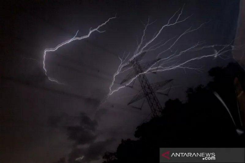 BMKG waspadai hujan lebat disertai petir di sejumlah daerah