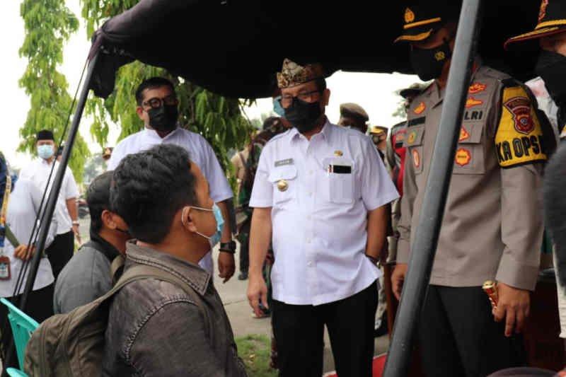 Bupati Cirebon pastikan tes antigen bagi pemudik terus dilakukan