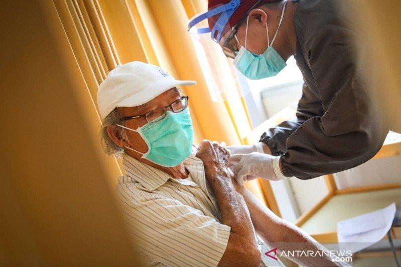 Alasan Dinkes vaksinasi lansia di Bandung lambat