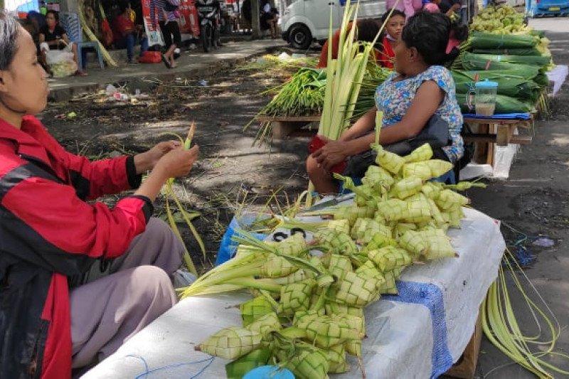 Penjualan ketupat jelang Lebaran Ketupat di Manado