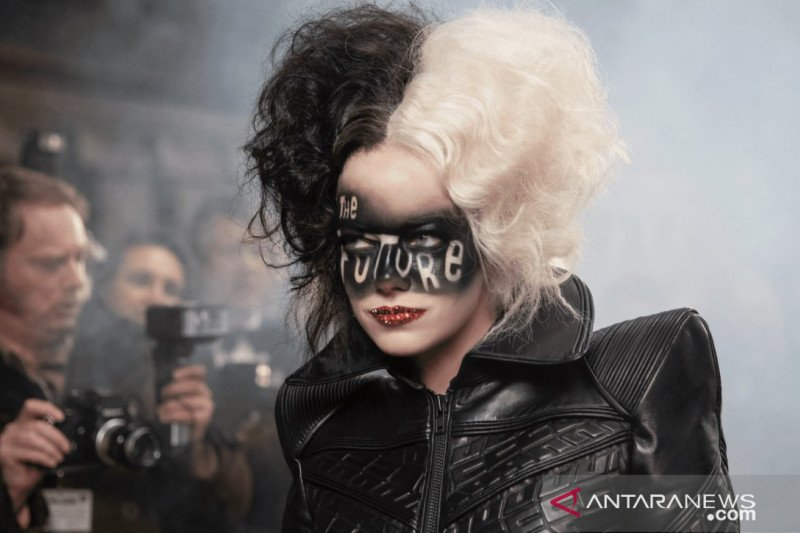 """Pesta kostum"" Emma Stone dan Emma Thompson di ""Cruella"""