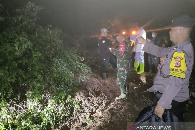 Jalur alternatif Jonggol-Cipanas terputus akibat longsoran tanah