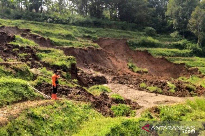 Warga Cibeber Cianjur diungsikan hindari longsor