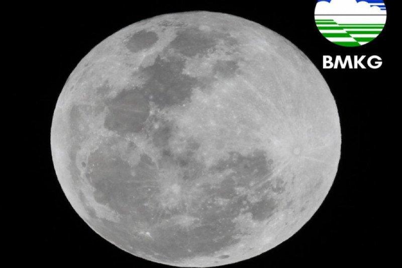 Gerhana Bulan total terlihat jelas di Banjarnegara