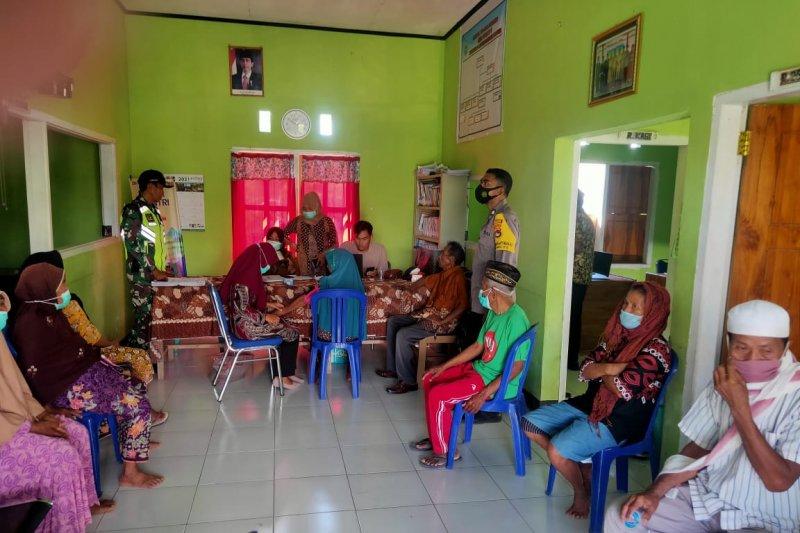 Bhabinkamtibmas Polsek Plampang monitoring pelaksanaan vaksinasi bagi lansia