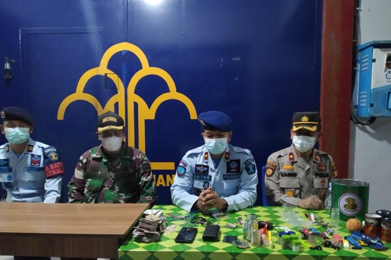 Petugas Rutan Siak Riau sita sejumlah barang ilegal saat razia