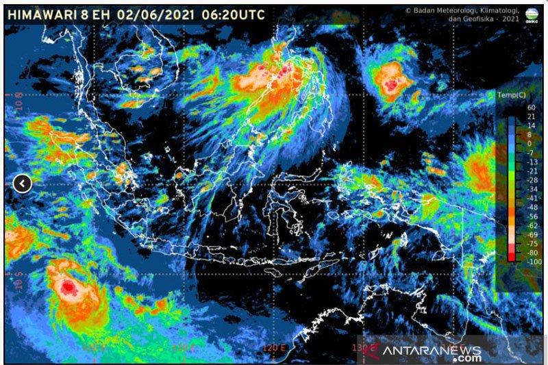 Peringatan BMKG sejumlah provinsi termasuk Lampung berpotensi hujan disertai kilat dan angin kencang
