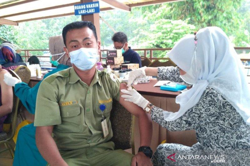 2.200 pelaku usaha pariwisata divaksin COVID-19 di Taman Safari Bogor