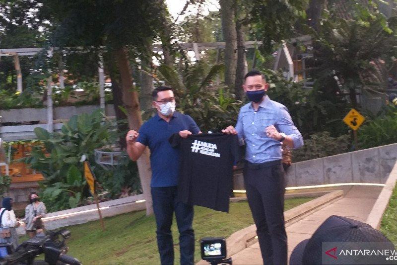 AHY hadiahi Ridwan Kamil kaus bertuliskan