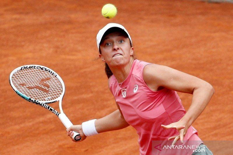 Juara bertahan Swiatek menang mudah atas Peterson di babak kedua Roland Garros