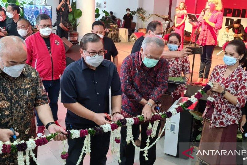 Pramono Anung gunting pita membuka Pameran Lukisan Bulan Bung Karno