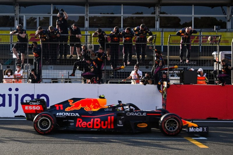 Sergio Perez juarai GP Azerbaijan setelah kecelakaan Verstappen di ujung balapan